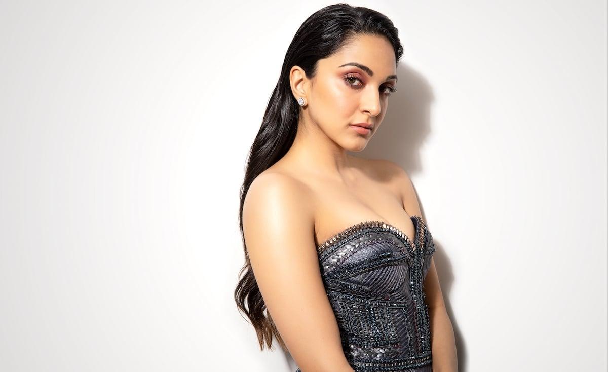 Kiara Advani Hot Images in Black Dress